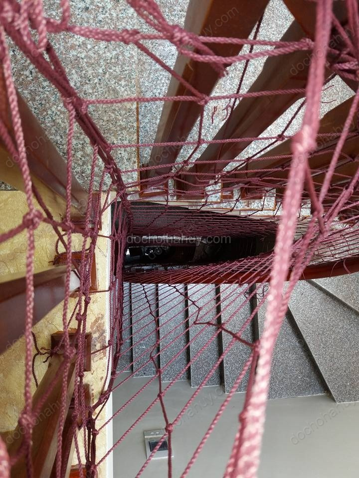 Lưới chắn cầu thang màu nâu