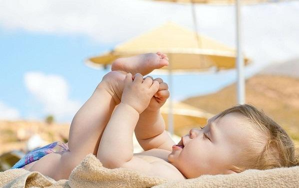 Nên cho trẻ tắm nắng hay uống Vitamin D