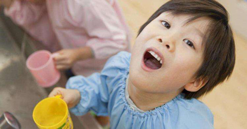 Hướng dẫn mẹ cách lựa chọn nước súc miệng cho bé