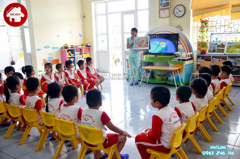 Chọn bàn ghế mầm non cho trẻ phù hợp với không gian phòng học