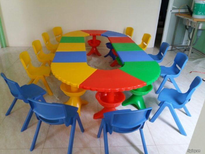 Nên chọn bàn ghế nhựa hay bàn ghế gỗ cho bé mầm non-1
