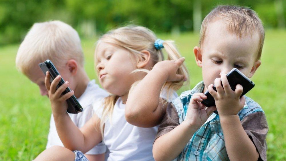 giúp bé cai nghiện smartphone hiệu quả nhờ vận động ngoài trời