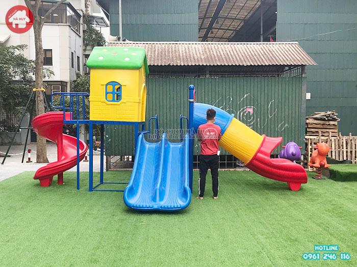 Lưu ý khi cho bé chơi tại sân chơi trẻ em ngoài trời trong mùa dịch