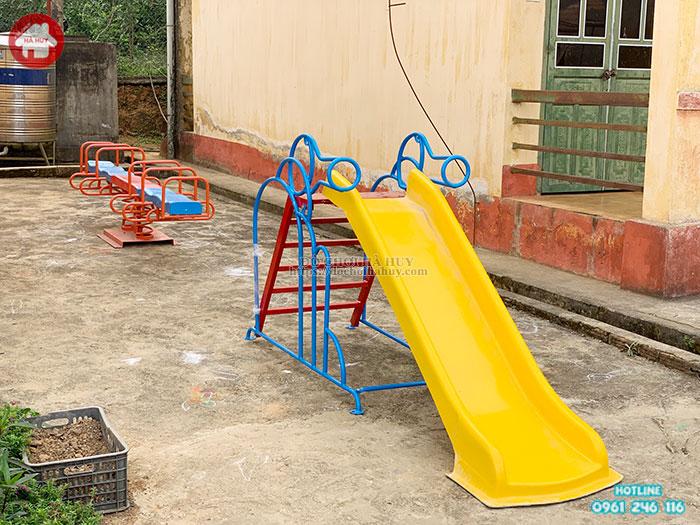 Lắp đặt sân chơi lành mạnh cho trẻ em nghèo vùng cao